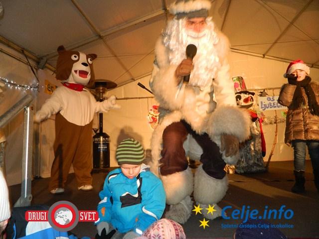 Dedek Mraz razveseljuje otroke