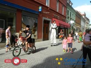 Klovnbufova festivalska karavana se je sprehodila skozi celjske ulice.