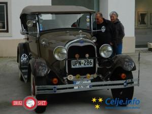 Na Knežjem dvoru so obiskovalci z zanimanjem preučevali starodobne avtomobile.