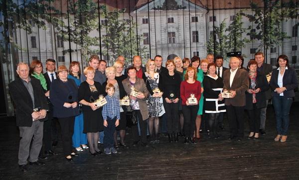 Župan Janko Kos in predsednica ocenjevalne komisije Štefanija Kos Zidar z vsemi prejemniki priznanj