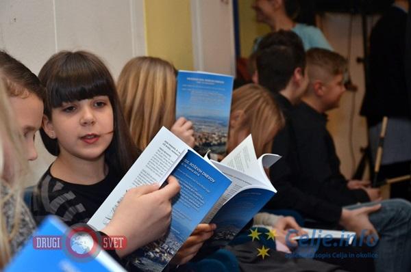Zbornik izbranih literarnih besedil so si z zanimanjem ogledali tudi malo mlajši učenci.