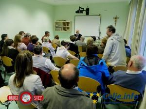 Številni obiskovalci so z zanimanjem prisluhnili el Topuzu.