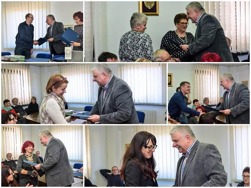 Predsednik OOZ Celje Miran Gracer je ob zaključku dogodka sodelujočim pri projektih podelil zahvale.