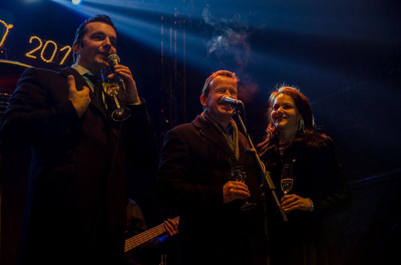Skupaj z Rok'n'bandom je Silvesterski poljub zapel celjski župan Bojan Šrot.