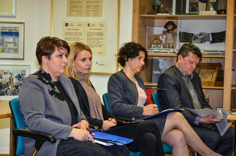 Na novinarski konferenci so bili prisotni tudi podžupanja Darja Turk, direktorica občinske uprave Ingrid Mastnak in vodje nekaterih oddelkov in služb na MOC.