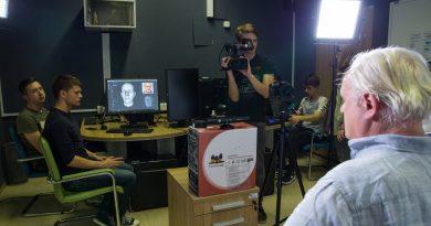 Pavle Ravnohrib v studiu na Srednji šoli za strojništvo, mehatroniko in medije