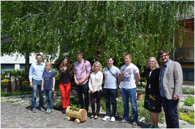 Slika 3: Vodja Medpodjetniškega izobraževalnega centra na SŠGT, prof. Aleš Brod ter pomočnica ravnatelja, prof. Tatjana Goršek ter ekipa Gracilis.