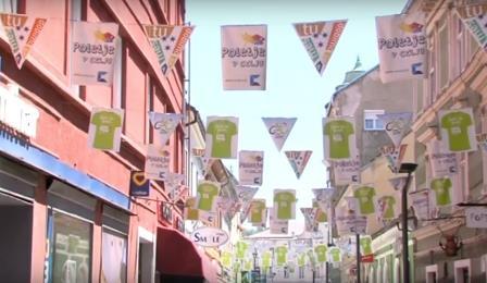 Na dirko opozarjajo tudi zastavice nad Prešernovo ulico