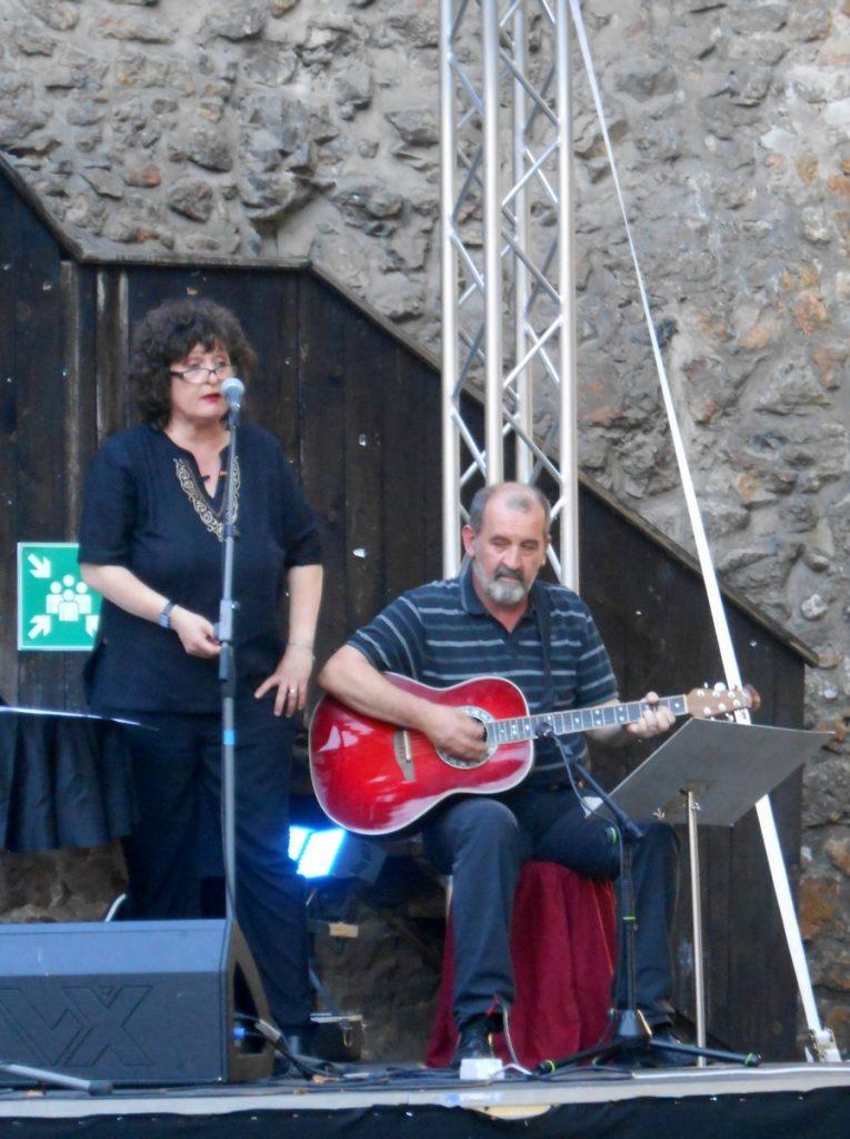 Jana Kvas ob glasbeni spremljavi Karla Kvasa.