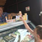 Borut Pahor delil sladoled v Velenju