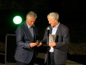 Andrej Brvar (levo) in Jože Volfand (desno) ob podelitvi Zlatnika poezije.