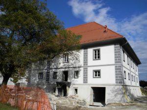 Dvorec počasi pridobiva zelo lepo podobo.