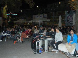 Uroš Perič je s svojo glasbo privabil številne obiskovalce v atrij Celjskega mladinskega centra.