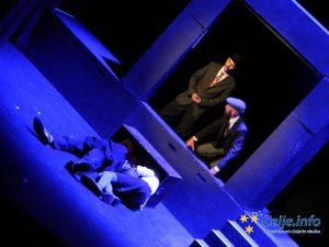 Predstava v izvedbi SLG Celje navduši s spretno scenografijo, ki se giba skupaj z Erazmom in potepuhom.