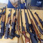 V hišni preiskavi zasegli kup orožja in konopljo za preprodajo (foto)