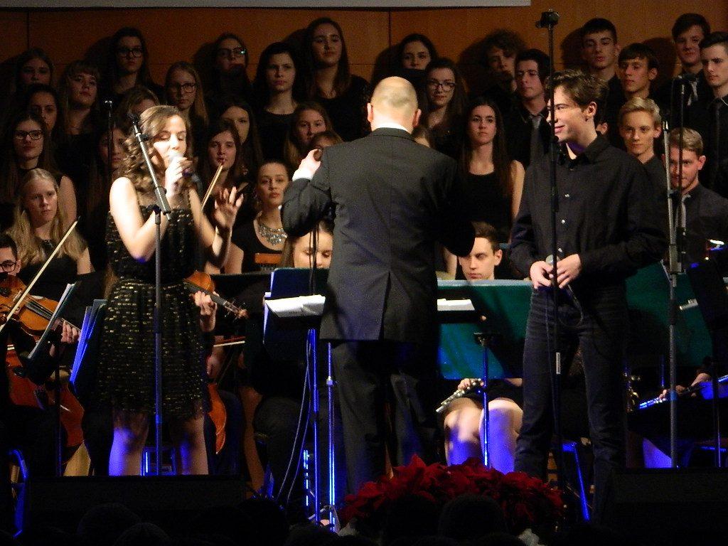 Božično-novoletni koncert I. gimnazije v Celju je minil v znamenju glasbe, smeha in praznične topline.