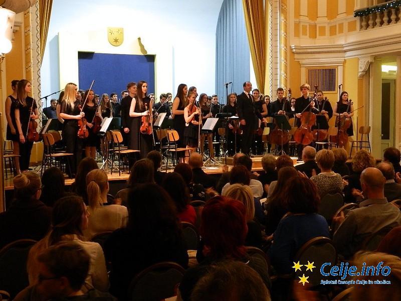 Dirigent Matjaž Brežnik in Mladinski simfonični orkester.