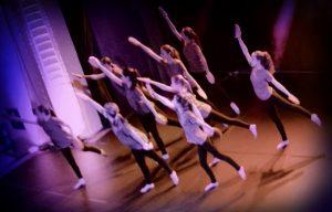 Novoletni koncert Strauss in Mlada krila je bil stkan iz glasbe in plesa.