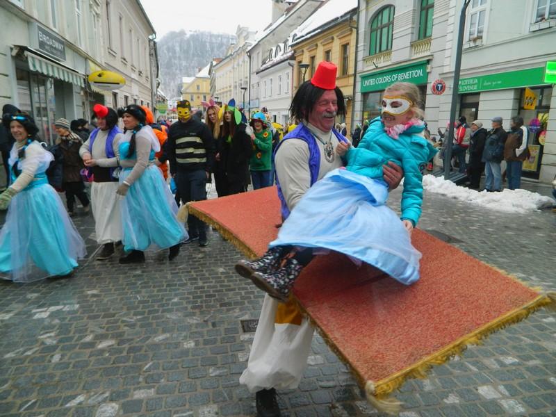 Skupina Aladin je navdušila že mimoidoče in prejela nagrado za najlepšo skupinsko masko.