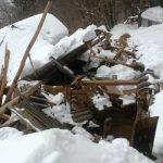 Pomoč neodzivni osebi, sneg podrl strojno lopo in ogrožal stanovanjsko hišo (foto)