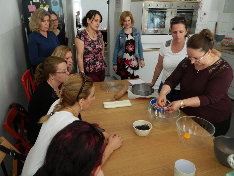 Albansko govoreče ženske na kulinarični delavnici spoznavajo slovenske jedi, poleg tega pa krepijo tudi socialne veščine.