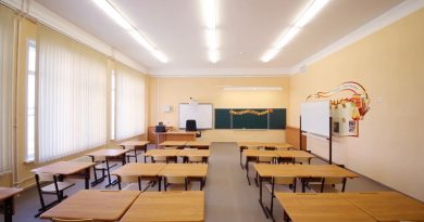 zmanjsanoempty-classroom-with-wooden-desks-chalk-board-and-yellow-walls-in-school_vjmvlh3mg__f0000
