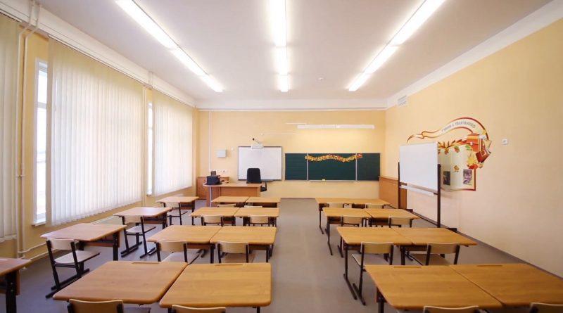 zmanjsanoempty-classroom-with-wooden-desks-chalk-board-and-yellow-walls-in-school_vjmvlh3mg__f0000