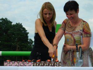 Nika Bosio in mag. Darja Turk sta slovesno zarezali v rojstnodnevno torto.