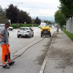 Nov pristop vzdrževalcev cest pri odstranjevanju trave iz razpok