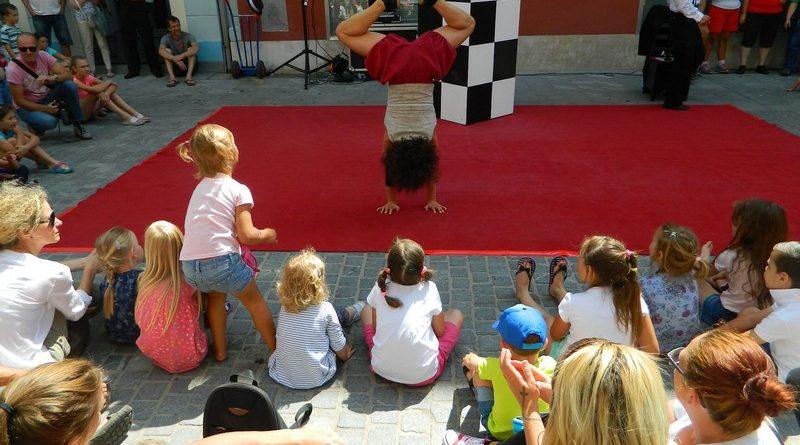 Ana Desetnica vsako leto tudi v knežjem mestu poskrbi za salve smeha in zabavo.