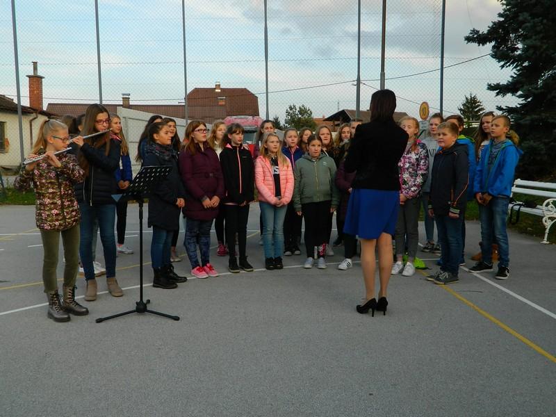 Učenci OŠ Ljubečna so komemoracije ob dnevu mrtvih pospremili s kulturnim programom.