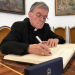 Upokojenega celjskega škofa msgr. dr. Stanislava Lipovška v zahvalo povabili v mestno hišo