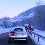 Vozniki pozabljajo na led na strehah vozil