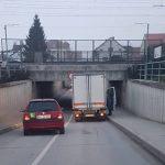 Eno tovorno vozilo s ceste, drugo v okvir podvoza