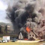 """Zagorelo, ko sta """"švasala"""" za rezervne dele (video); veter razkril streho"""