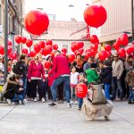 Celjske ulice preplavili rdeči baloni