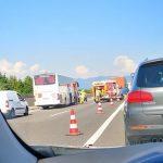 Povzročitelja prometnih nesreč na avtocesti hudo telesno poškodovana