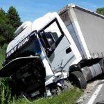 Padec motorista, gorelo ob progi, trk s tovornjakom (foto)