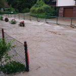 Na vzhodu regije znova voda na cestah