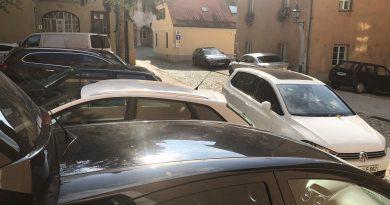 Parkiranje v bližini celjske knjižnice stanovalcem še dalje oteženo, konkretnih pobud za rešitev pa ni …