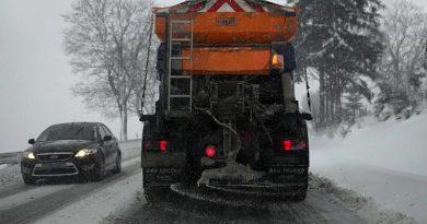 sneg-pluzenje-zasnezena-cesta-sol-zimske-razmere-pixabay