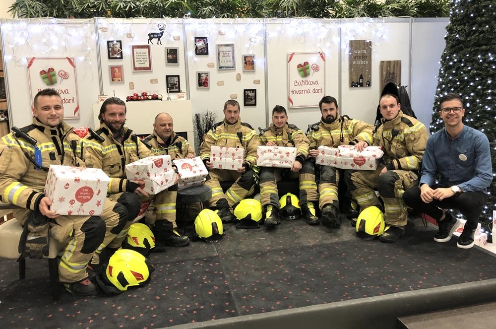 poklicni-in-prostovoljni-gasilci-so-tudi-letos-poleg-pomoci-pri-razvozu-daril-obdarili-nekaj-otrok