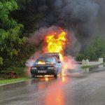 V gorečem vozilu na Dobrni umrla ena oseba