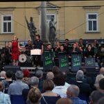 Celjanke in Celjani Sloveniji čestitali na Glavnem trgu (foto)