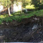Udor zemljine poškodoval hišo, trk s tovornim vozilom