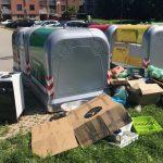 Smeti namesto v prazne zabojnike, odložili okoli njih. Koliko komunalnih odpadkov ustvarimo v Celju?