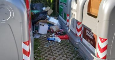 V Dečkovem naselju nekateri še vedno raje smetijo okoli praznih smetnjakov (foto)
