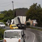 Tovornjak s ceste, avto čez podporni zid