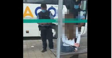 Policista vklenila dijakinjo iz Celja, ker se je na avtobusu brez maske nedostojno vedla do potnikov