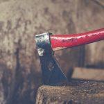 Družinska tragedija v Žalcu: v večernih urah vstopil v hišo in s sekiro hudo poškodoval partnerko